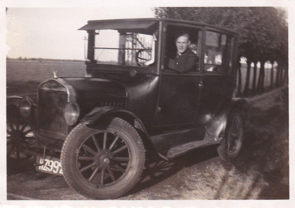 Andries van der Windt in een Ford T Tudor uit 1924